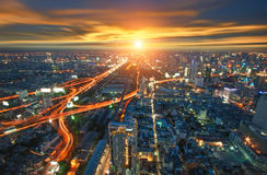 Città di Bangkok nella vista della Tailandia da più alta costruzione con il traffico Fotografie Stock Libere da Diritti