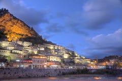 Città di Berat in Albania alla notte Fotografie Stock Libere da Diritti