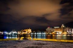 Città di Bergen alla notte fotografie stock libere da diritti