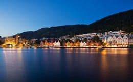 Città di Bergen con acqua alla notte Immagine Stock