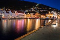 Città di Bergen con acqua alla notte Immagine Stock Libera da Diritti