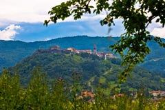 Città di Buzet sulla collina verde fotografie stock