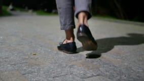Città di camminata di notte dell'uomo video d archivio