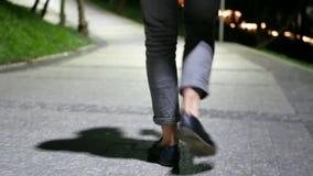 Città di camminata di notte dell'uomo stock footage