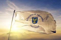 Città di Campinas del tessuto del panno del tessuto della bandiera del Brasile che ondeggia sulla nebbia superiore della foschia  royalty illustrazione gratis
