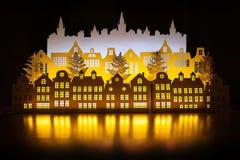 Città di carta dell'oro di inverno di notte di arte con le luci del nuovo anno Nuovo anno felice e Buon Natale Copi lo spazio per fotografia stock