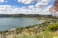 Citt? di Castel Gandolfo situata dal lago Albano, Lazio, Italia fotografia stock libera da diritti