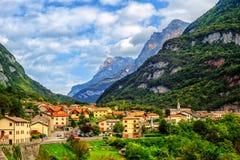 Città di Castellavazzo nelle alpi italiane delle dolomia, Italia Immagini Stock
