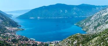 Città di Cattaro sulla costa (Montenegro, baia di Cattaro) Immagini Stock