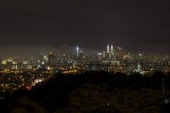 Città di chilolitro alla notte da una distanza fotografia stock