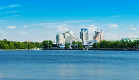 Città di Ekaterinburg dell'argine il 5 giugno 2013 Immagini Stock