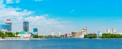 Città di Ekaterinburg dell'argine il 5 giugno 2013 Fotografia Stock