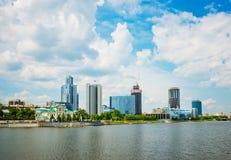 Città di Ekaterinburg dell'argine il 5 giugno 2013 Fotografie Stock