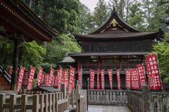 Città di Fujiyoshida - Giappone, il 13 giugno 2017: Insegne rosse del santuario a Immagini Stock