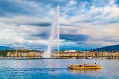 Città di Ginevra con il d& famoso x27 del getto; Fontana al tramonto, Svizzera di UCE Fotografia Stock Libera da Diritti