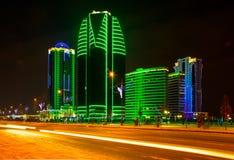 Città di Groznyj e viale di Kadirov alla notte Immagine Stock