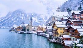 Città di Hallstatt su un lago in montagne delle alpi, Austria, nell'inverno Fotografia Stock Libera da Diritti