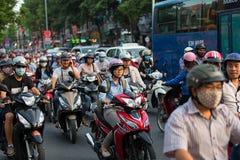 Città di Ho Chi Minh, Vietnam - 19 aprile 2015: la scena cantata di traffico cittadino nell'ora di punta, folla della gente indos Fotografie Stock Libere da Diritti