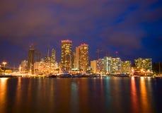 Città di Honolulu alla notte Immagini Stock