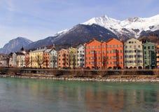 Città di Innsbruck sulla locanda del fiume l'austria immagine stock libera da diritti