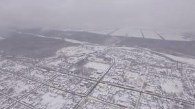 Città di inverno, camera aerea, la nebbia sopra la città video d archivio