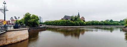 Città di Kaliningrad con l'isola e la cattedrale del ` s di Kant su un fondo e fiume su una priorità alta Fotografie Stock Libere da Diritti