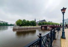 Città di Kaliningrad con l'isola e la cattedrale del ` s di Kant su un fondo e fiume su una priorità alta Fotografie Stock