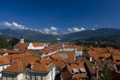 Città di Kamnik davanti alle alpi Fotografia Stock Libera da Diritti