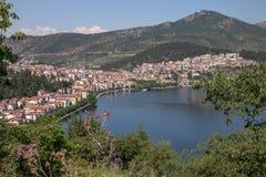 Città di Kastoria che si siede accanto al lago kastoria in Grecia del Nord Immagine Stock Libera da Diritti
