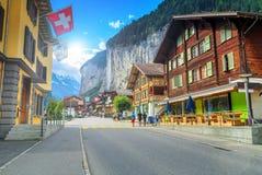 Città di Lauterbrunnen e cascata famose di Staubbach, Bernese Oberland, Svizzera Immagine Stock Libera da Diritti