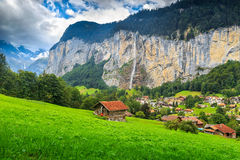 Città di Lauterbrunnen e cascata famose di Staubbach, Bernese Oberland, Svizzera, Europa Fotografia Stock Libera da Diritti
