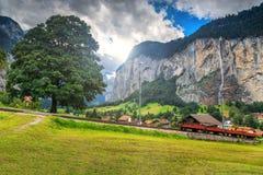 Città di Lauterbrunnen e cascata famose di Staubbach, Bernese Oberland, Svizzera, Europa Fotografia Stock