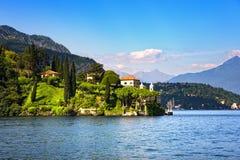 Città di Lenno e giardino, paesaggio del distretto del lago Como L'Italia, euro Immagini Stock