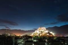 Città di Lhasa alla notte Immagini Stock Libere da Diritti