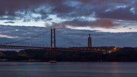 Città di Lisbona prima di alba con la notte del ponte del 25 aprile al timelapse di giorno stock footage