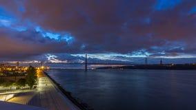 Città di Lisbona prima di alba con la notte del ponte del 25 aprile al timelapse di giorno archivi video