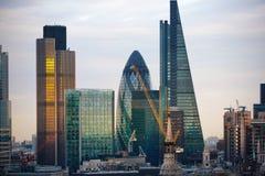 Città di Londra al tramonto La città famosa dei grattacieli dell'affare di Londra e l'aria di attività bancarie osservano al crep Fotografia Stock