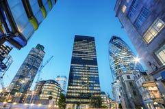 Città di Londra alla notte fotografie stock libere da diritti