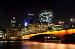 Città di Londra a partire a sud della notte di Tamigi Immagini Stock Libere da Diritti