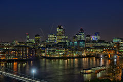 Città di Londra sopra il fiume Tamigi, al tramonto fotografia stock libera da diritti