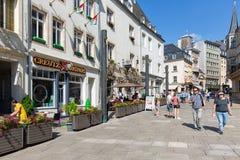Città di Lussemburgo del centro con i ristoranti e la gente di compera immagine stock libera da diritti