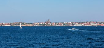Città di Lysekil dal mare fotografie stock libere da diritti