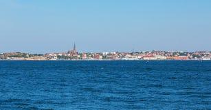 Città di Lysekil dal mare fotografia stock libera da diritti