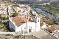 Città di Mértola con la moschea della chiesa ed il fiume bianchi di Guadiana Fotografie Stock Libere da Diritti