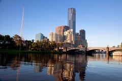 Città di Melbourne e fiume di Yarra ad alba immagini stock