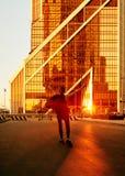Città di Mosca del distretto Centro di affari Uffici in grattacieli La ragazza gode del sole immagini stock