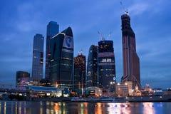 Città di Mosca di settore commerciale. Vista di notte sopra il riv Fotografia Stock Libera da Diritti