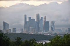 Città di Mosca in nuvole fotografia stock libera da diritti