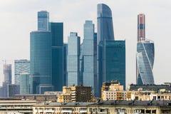 Città di Mosca - vista del centro di affari dell'internazionale dei grattacieli Nella priorità alta è i vecchi edifici residenzia Fotografia Stock Libera da Diritti
