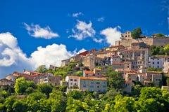 Città di Motovun sulla vista pittoresca della collina Fotografia Stock